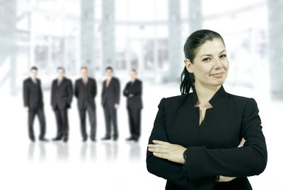 Desktop_1-woman-leader-with-group-of-men