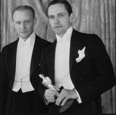 Desktop_02-fredric-march-receiving-his-oscar-from-academy-president-conrad-nagel