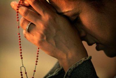Desktop_praying-the-rosaryimage