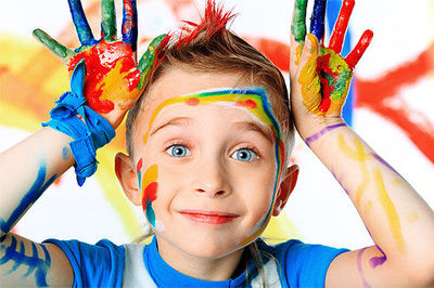 Desktop_nino-sonriendo-manos-llenas-de-pintura